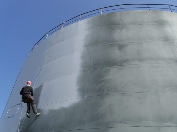 Одна из задач антикоррозионной гидроизоляции — защищать металлические сооружения от ливневой воды.