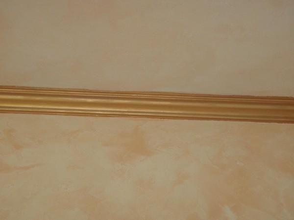 Окрашенный под золото плинтус из пенопласта