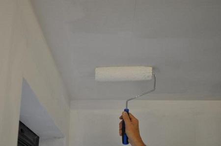 Окраска потолочной поверхности.