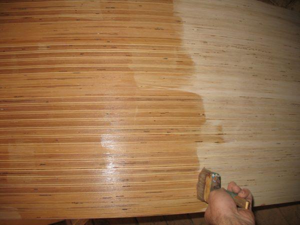 Олифа придаст поверхности дерева гидрофобные свойства и предотвратит гниение.