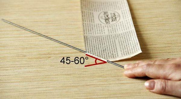 Оптимальный угол скручивания газеты вокруг спицы — 45-60 градусов