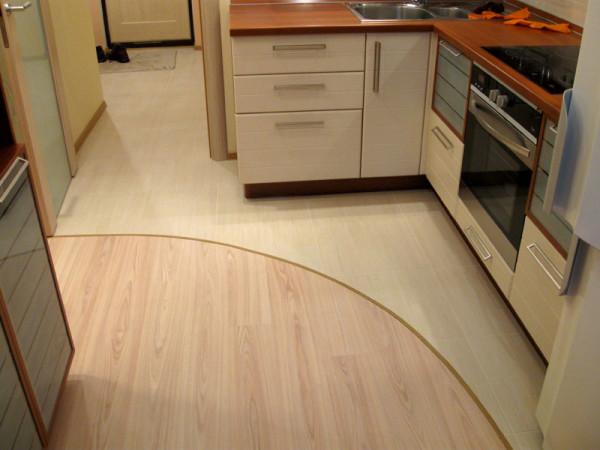 Оптимальный вариант для полов – полы рабочей зоны из керамической плитки, столовая зона из ламината.