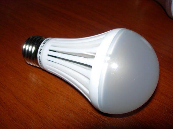 Оребрение на корпусе лампы обеспечивает эффективный теплоотвод.
