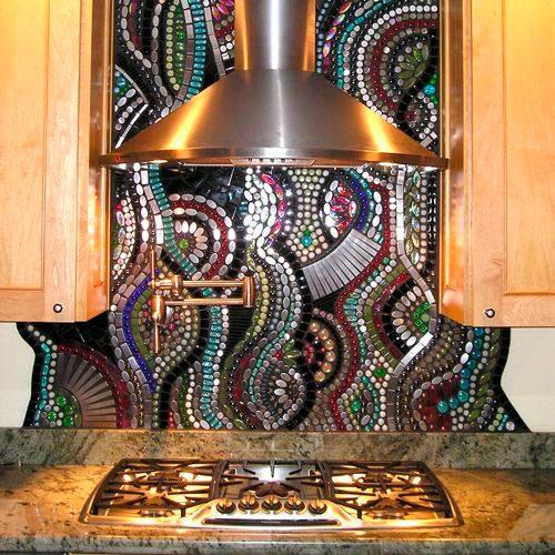 Оригинальная отделка стены у плиты