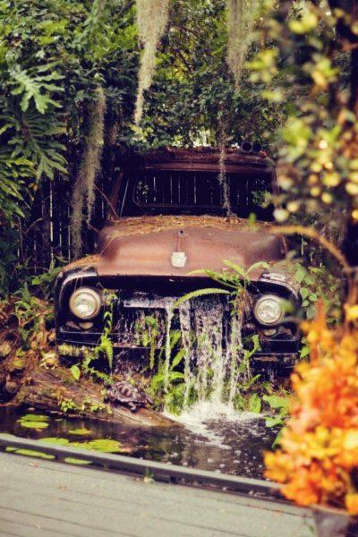Оригинальное решение для соблюдения стиля кантри – фонтан из старого автомобиля