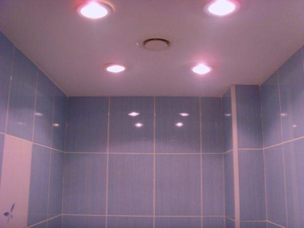 Основное освещение обеспечивается небольшими светильниками в потолке.