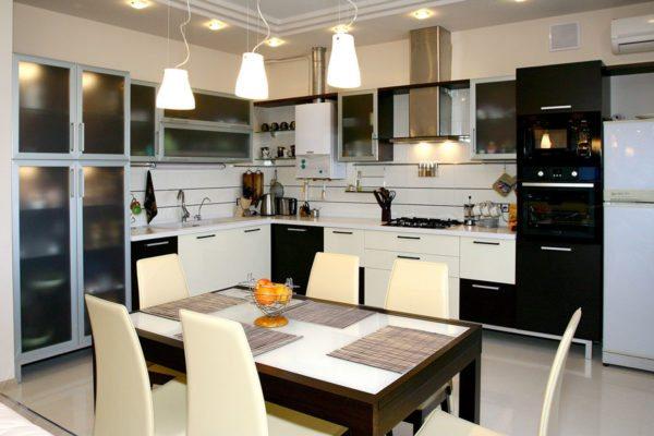 Освещение кухни в интерьере с использованием светового зонирования.