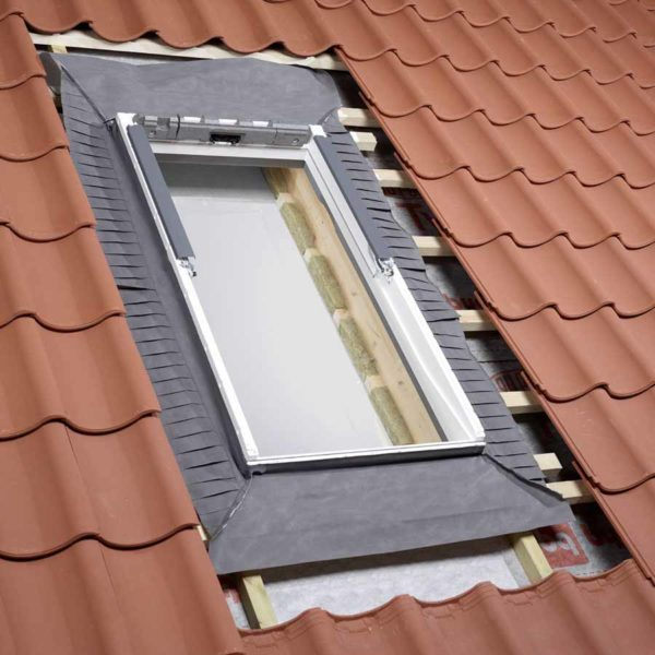 От качества гидроизоляции окна зависит срок службы стропильной системы и утеплителя.