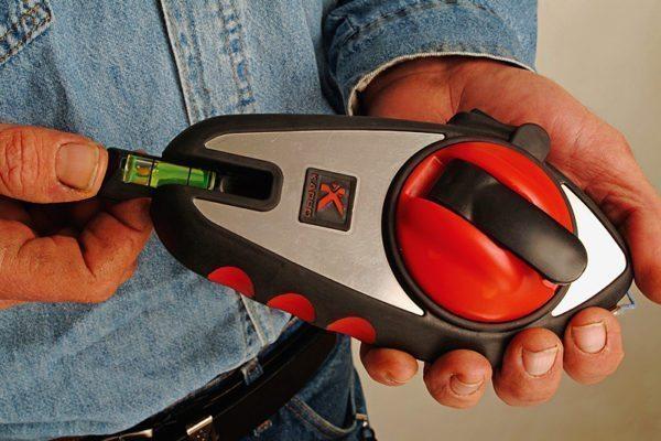 Отбивочный шнур позволяет очень быстро и точно размечать стены перед укладкой керамики