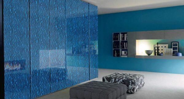 Отделанные стеклом стены смотрятся оригинально и современно