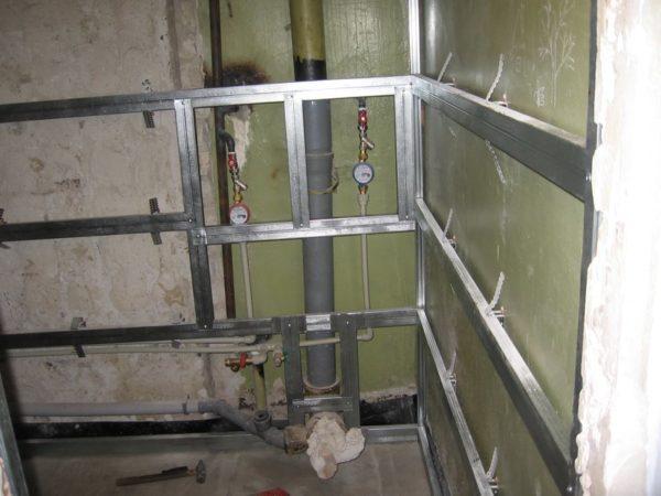 Отделка панелями по обрешетке скроет любые неровности стен.