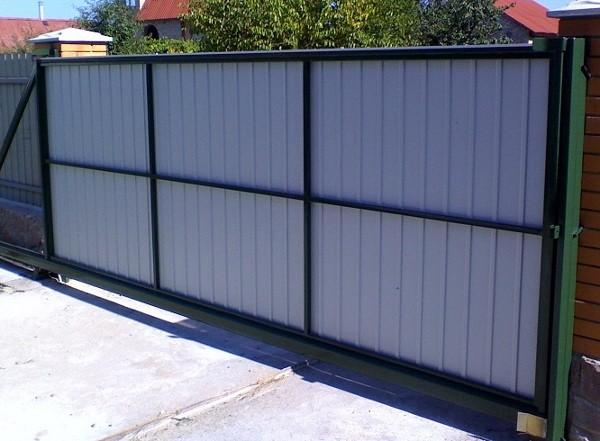 Откатные ворота – более сложный вариант конструкции, но и его можно реализовать своими руками