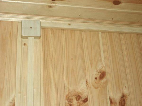 Открытая проводка разведена в коробах под потолком.
