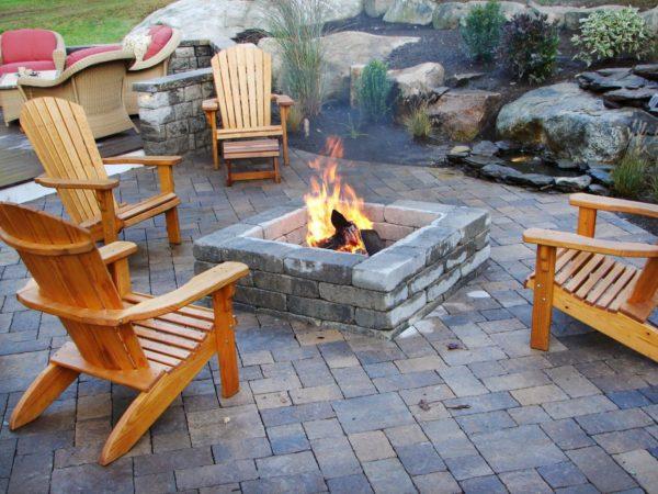 Открытый огонь на внутреннем дворике — это и тепло, и вкусная еда