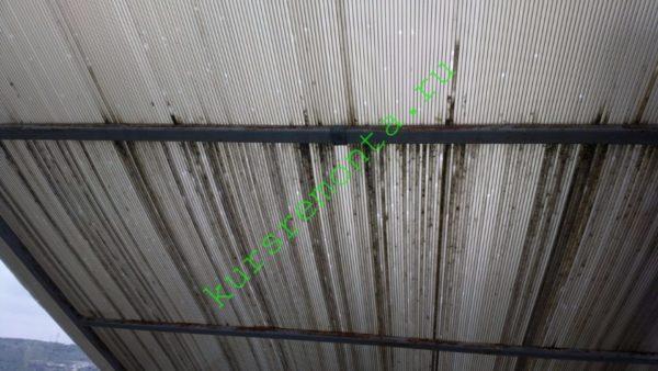 Отсутствие Н-образного профиля и незащищенная кромка позволили дождевой воде свободно затекать в соты и оставлять после себя грязные потеки.