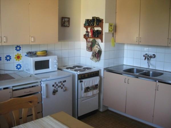 Отсутствие свободной поверхности у плиты и розеток в рабочей зоне говорят о том, что предварительным планированием кухни не занимались