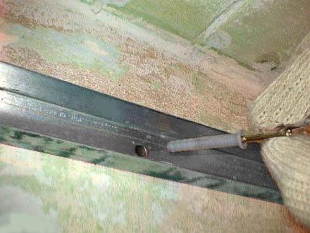 Отверстия под дюбеля сверлятся с помощью перфоратора