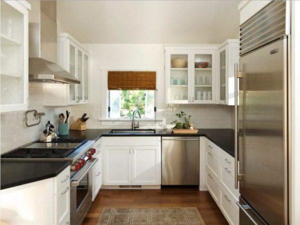 П-образная расстановка мебели на кухне средней площади.
