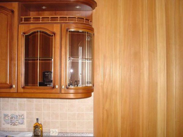 Панели из МДФ с виниловым покрытием можно использовать на кухне и в прихожей.