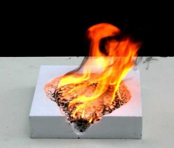 Пенопласт относится к горючим материалам, что негативно сказывается на пожарной безопасности утепляемого с его помощью дома