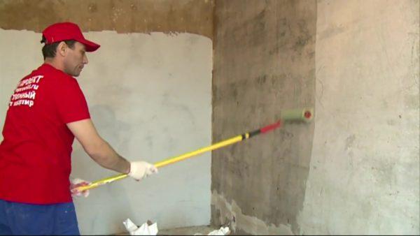 Перед шпаклеванием стены обязательно нужно прогрунтовать