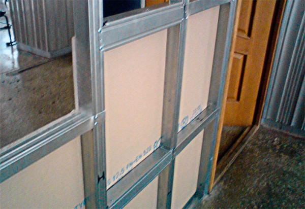 Перегородка с дверью требует ответственного подхода к изготовлению каркаса.