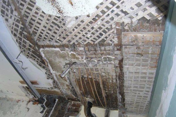 Перегородка в ванной дома сталинской постройки — это каркас из досок, оштукатуренный по дранке.