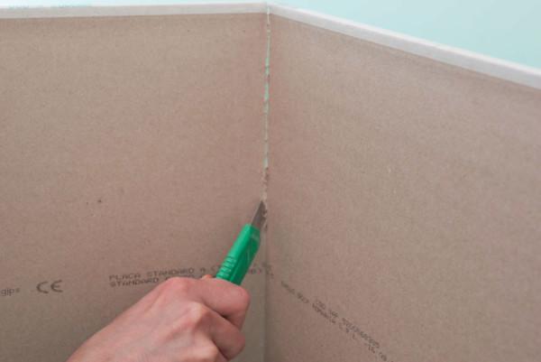 Перережьте картон по линии сгиба