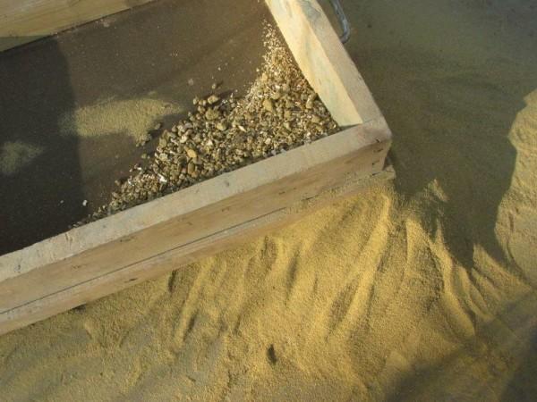 Песок обязательно нужно просеять