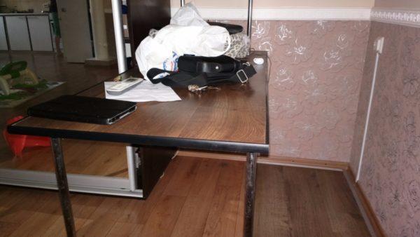 Письменный стол. Столешница состоит из двух слоев 8-миллиметровой ламинированной доски.