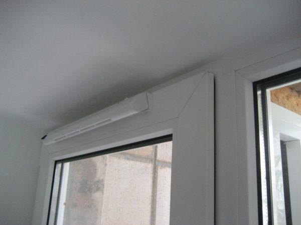 Пластиковое окно в закрытом положении герметично. Приточный клапан обеспечивает постоянную и регулируемую подачу воздуха в дом.