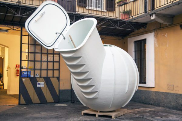 Пластиковый кессон с наклонной маршевой лестницей.