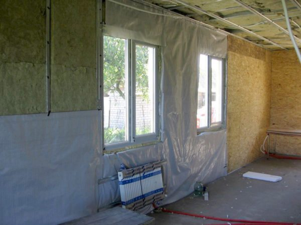 Плёнка, закрывающая базальтовую вату при внутреннем утеплении здания, также должна иметь высокую паропроницаемость