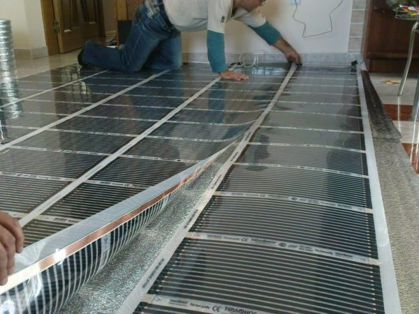 Пленочный электрический теплый пол — частный случай распределенного отопления. Каждая комната снабжается собственным источником тепла.