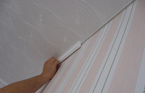 Плинтус для потолка из пенопласта можно приклеивать к обоям или потолочному покрытию