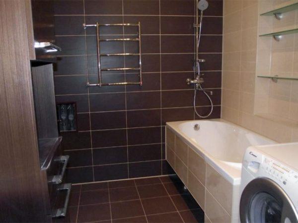 Плитка на стенах и полу — самое практичное и надежное решение для ванной комнаты, так как такая поверхность не боится влаги