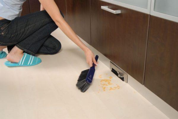 Пневмосовки нередко встраивают прямо в кухонную мебель.