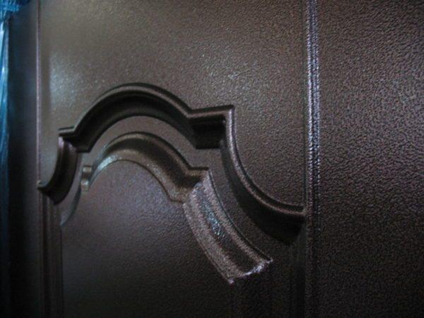 Почти все качественные металлические двери обрабатываются именно эмалью с молотковым эффектом