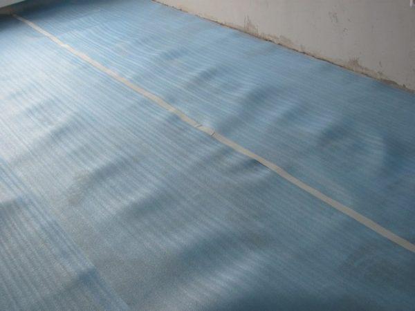 Подложка из полиэтилена не пропускает воздух и влагу, поэтому ее можно укладывать только на сухие поверхности