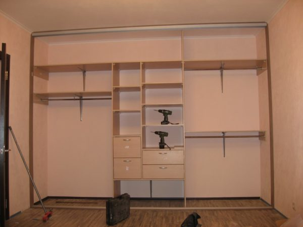 Подробная инструкция сборки встроенного прямоугольного шкафа предоставляется производителем.