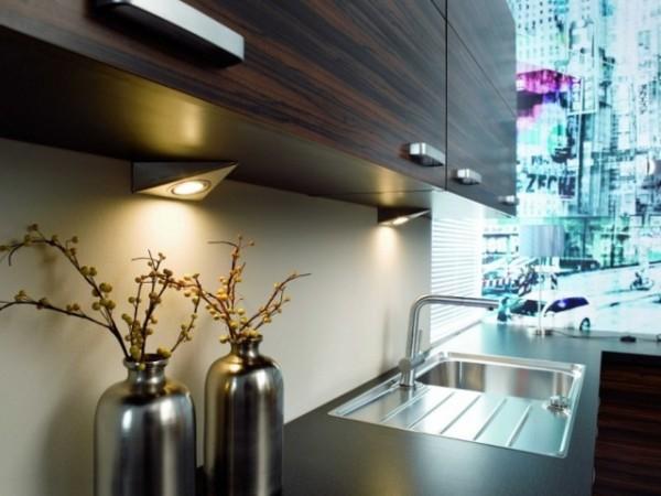 Подсветка рабочей части может обеспечивать не только светодиодной лентой, но и декоративными светильниками