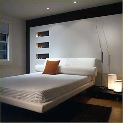 Подушка как яркий акцент в интимной обстановке спальни.