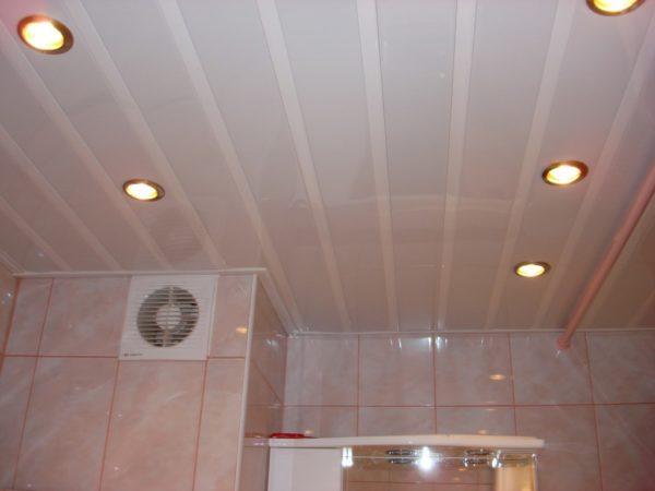 Подвесной потолок из пластиковых панелей со скрытыми светильниками.