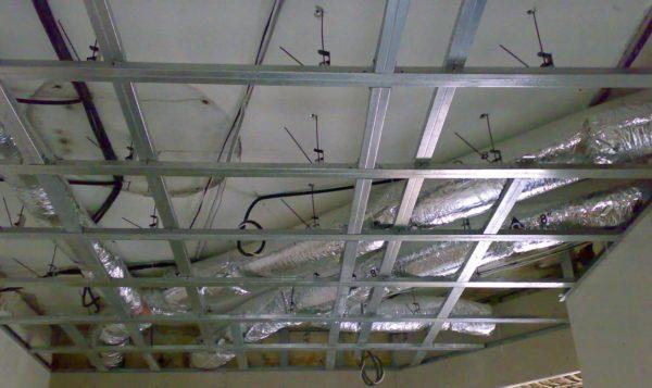 Подвесной потолок скроет воздуховоды системы воздушного отопления, совмещенного с вентиляцией.