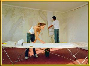Процесс оклейки стен