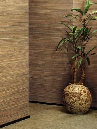 Стильная прихожая, стены которой отделаны бамбуковыми обоями