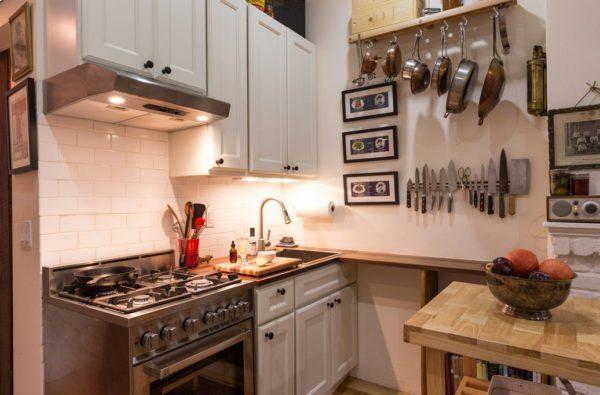 Посуда над рабочим столом это не только оригинально, но еще и удобно.