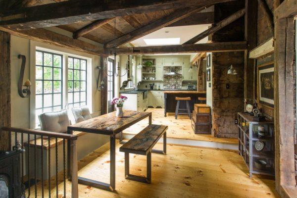 Потолочные балки позволяют получить аутентичный интерьер, но требуют достаточной высоты потолков