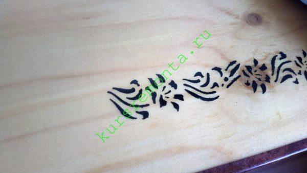 Поверх декоративного рисунка, нанесенного через шаблон гуашью, столешница покрыта алкидно-уретановым лаком.