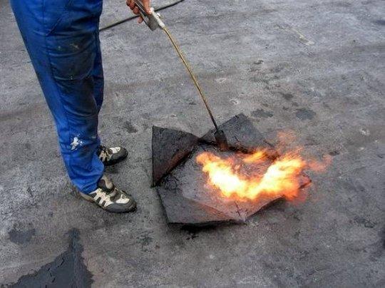 Поверхность можно высушить с помощью горелки буквально за несколько секунд